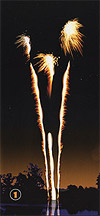 Tir successif de 3 bombettes détonantes avec comète argent.