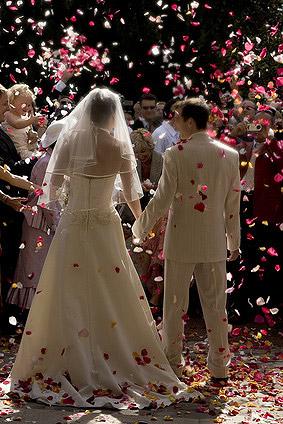 le canon explosif lancer des petales de rose geant sortie de l 39 eglise mariage. Black Bedroom Furniture Sets. Home Design Ideas