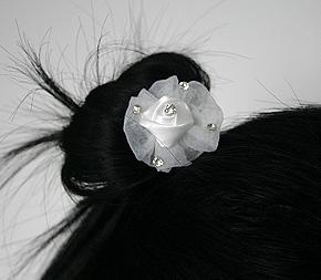 Pic Chignon Mariage avec Fleur Tulle et Strass