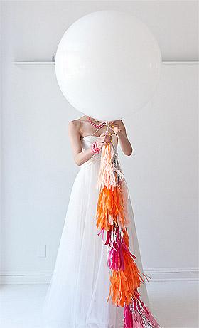 Mari�e avec ballon g�ant blanc
