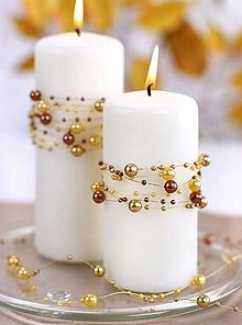 Bougies Entourées de Guirlandes Perles Dorées