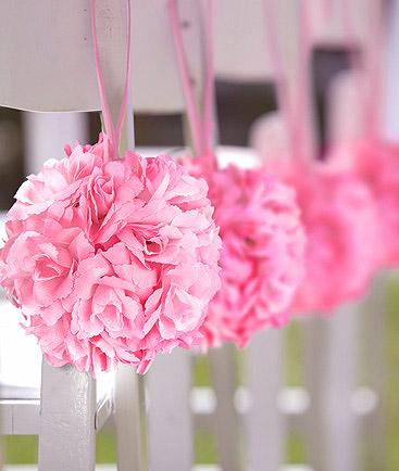 Boule roses artificielles acrrrochée chaise