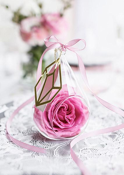 Goutte verre ouverte avec rose
