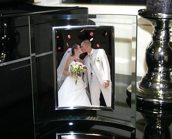 le cadre photo en verre biseaut bombe arrondi nos cadeaux de remerciement pour vos invit s. Black Bedroom Furniture Sets. Home Design Ideas