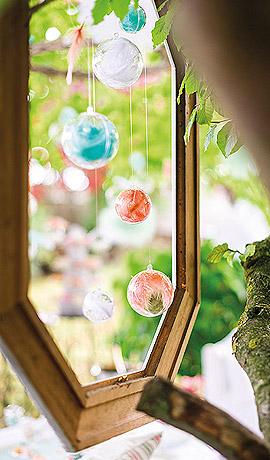 Décoration boule transparente avec plumes