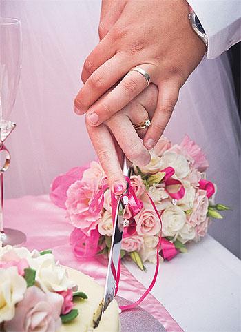 Découpe gateau mariés