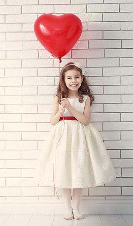 Demoiselle d'honneur avec ballon coeur