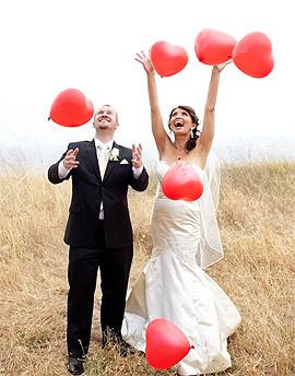 Mariés avec ballon coeur