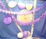 Décoration de salle mariage guirlandes papier ivoire et parme