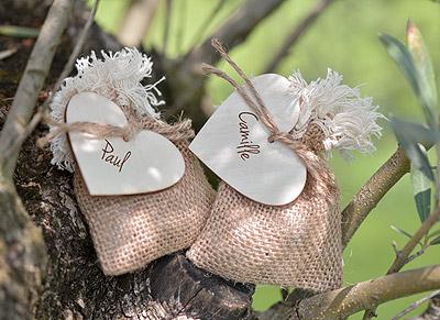 Sac jute dragées avec étiquettes coeur en bois