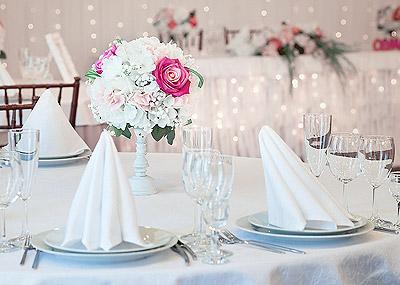 Serviettes blanches pliées mariage